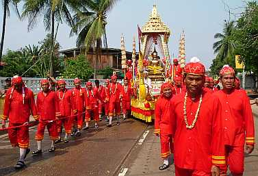 050030_parading_the_buddha