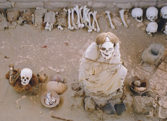 Nazca_culture_mummies_cemetery_in_Peru (2)