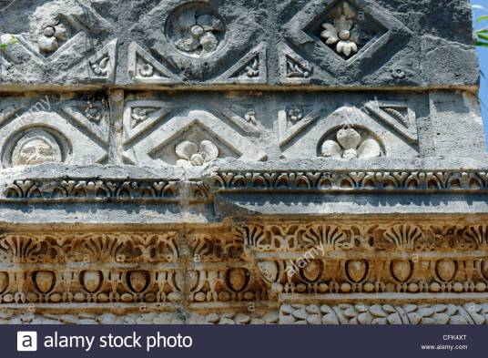 perge-antalya-turkey-view-of-egg-and-dart-moulding-and-relief-carving-CFK4XT