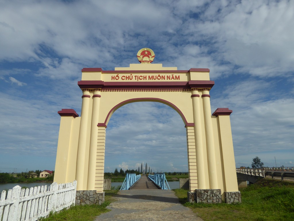 Hien Luong Bridge - from North to the South